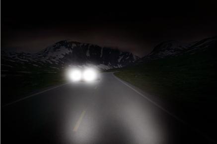 Oslnění od protijedoucích vozidel při řízení v noci.